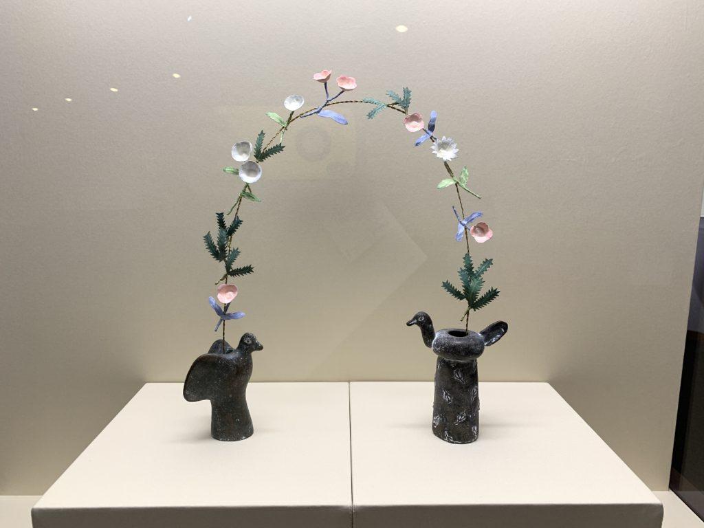 「鳥の青銅花器と繫ぐ花」